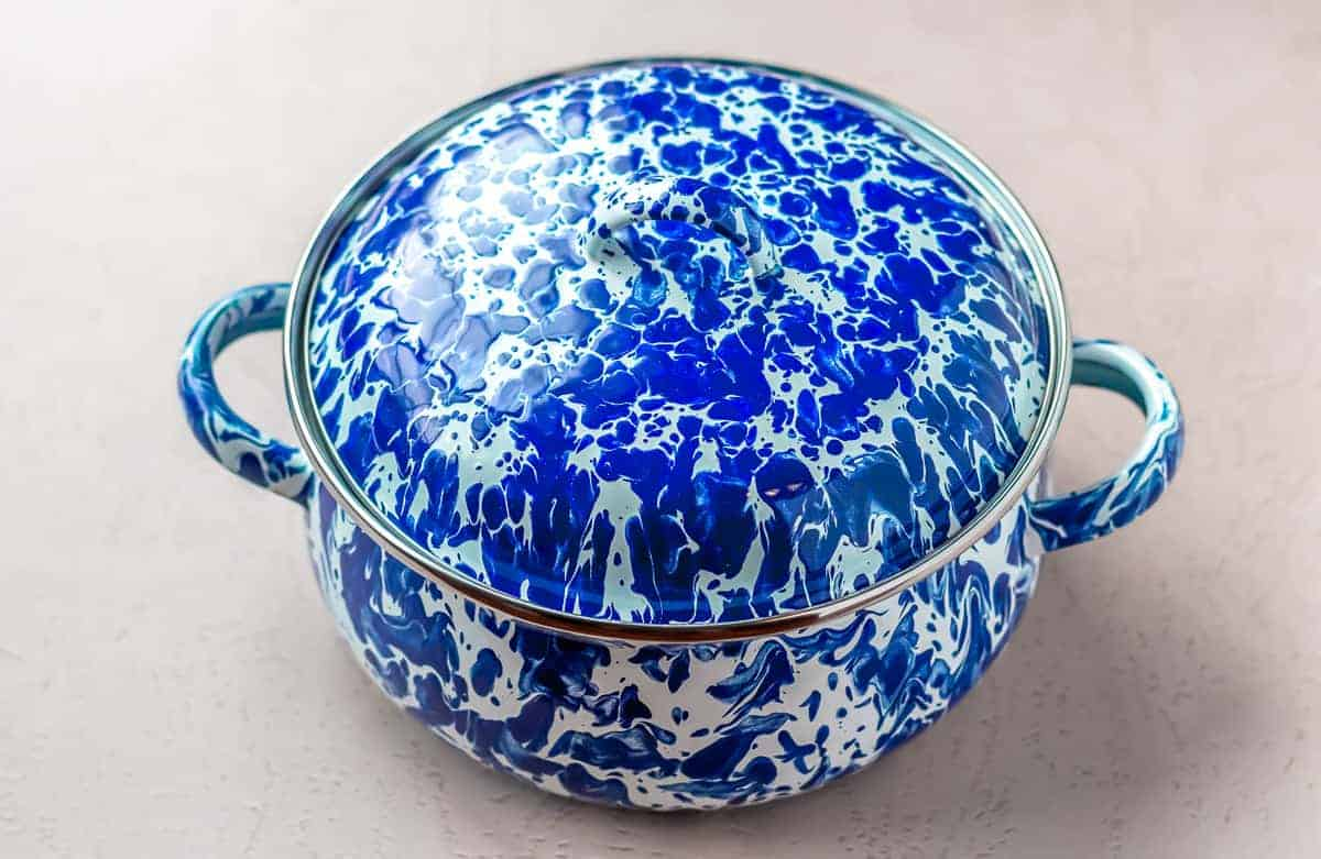 Golden Rabbit Dutch Oven 2.5 Qt. in blue and white